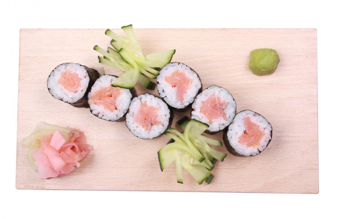 smoked salmon hosomaki